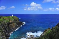 Blauwe hemel, oceaan, en licht huis Stock Foto