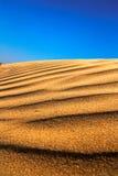 Blauwe hemel op de golven van zand. Royalty-vrije Stock Foto's