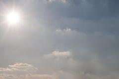 Blauwe hemel op een heldere zonnige dag Stock Foto