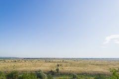 Blauwe hemel op een reusachtig gebied Mooi landschap Stock Foto