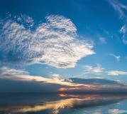 Blauwe hemel op het meer Stock Afbeelding