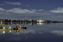 Blauwe Hemel op Water bij Nacht Stock Foto