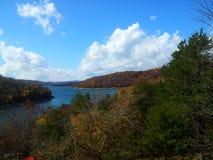 Blauwe hemel over de herfst gekleurde oever van het meer Royalty-vrije Stock Foto