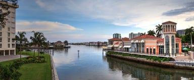 Blauwe hemel over de kleurrijke winkels van het Dorp op Venetiaanse Baai stock foto's