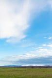 Blauwe hemel over de winter agrarische gebieden in de lente Stock Foto's