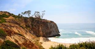 Blauwe hemel over het meest verste zuideneind van Crystal Cove-strand royalty-vrije stock afbeeldingen