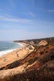 Blauwe hemel over het meest verste zuideneind van Crystal Cove-strand stock afbeeldingen