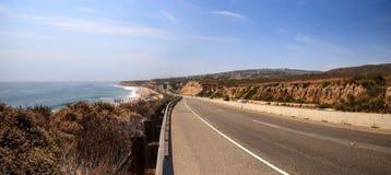 Blauwe hemel over het meest verste zuideneind van Crystal Cove-strand stock afbeelding