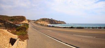Blauwe hemel over het meest verste zuideneind van Crystal Cove-strand royalty-vrije stock afbeelding