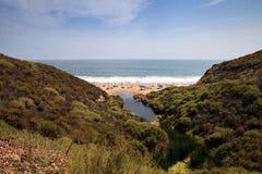 Blauwe hemel over het meest verste zuideneind van Crystal Cove-strand stock foto's