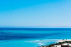 Blauwe hemel over het overzees in Stintino Stock Fotografie