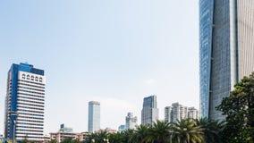 Blauwe hemel over high-rise gebouwen in Guangzhou Stock Afbeeldingen