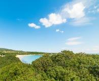 Blauwe hemel over Lazzaretto-strand stock foto