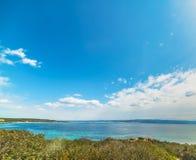 Blauwe hemel over Lazzaretto-strand royalty-vrije stock afbeeldingen