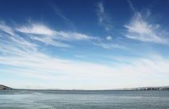 Blauwe hemel over overzees Stock Foto