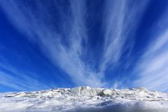 Blauwe hemel over smeltend ijs Stock Afbeelding