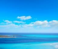 Blauwe hemel over Stintino-overzees stock afbeeldingen