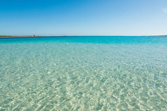 Blauwe hemel over Stintino-overzees in Sardinige royalty-vrije stock afbeelding