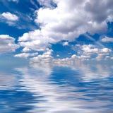 Blauwe hemel over water Stock Foto's