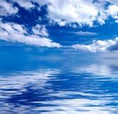 Blauwe hemel over water Royalty-vrije Stock Afbeeldingen