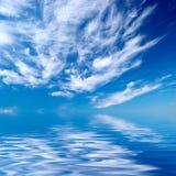 Blauwe hemel over water Stock Fotografie