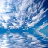 Blauwe hemel over water Royalty-vrije Stock Afbeelding