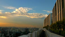 Blauwe Hemel over Wolkenkrabbers stock foto