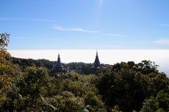 Blauwe hemel, pagode, zon lichte, mistige hemel royalty-vrije stock afbeelding