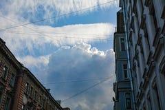 Blauwe hemel tussen lange oude huizen royalty-vrije stock foto's