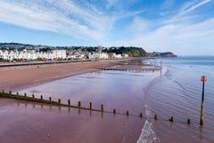 Blauwe hemel van Devon van het Teignmouth de zandige strand en witte wolken stock fotografie
