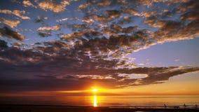Blauwe hemel van zonsondergang de donkere wolken Royalty-vrije Stock Foto's