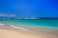 Blauwe hemel, vreedzaam strand en o Stock Fotografie