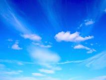 Blauwe hemel winderige wolken stock fotografie