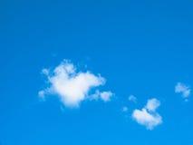 Blauwe hemel winderige wolken Stock Afbeelding
