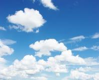 Blauwe hemel witte wolken royalty-vrije stock fotografie