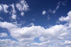 Blauwe hemel, witte wolken Stock Afbeeldingen