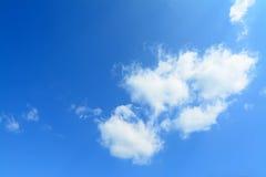 Blauwe hemel, witte wolken stock foto