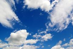blauwe hemel witte wolken, aard Stock Foto