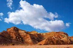 Blauwe hemel witte wolken en kleurrijke Wensu Grand Canyon in de Herfst royalty-vrije stock foto