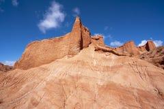 Blauwe hemel witte wolken en kleurrijke Wensu Grand Canyon in de Herfst stock foto