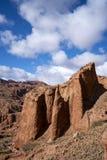 Blauwe hemel witte wolken en kleurrijke Wensu Grand Canyon in de Herfst royalty-vrije stock afbeelding
