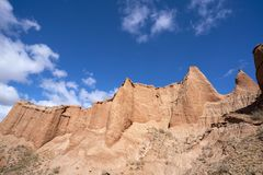 Blauwe hemel witte wolken en kleurrijke Wensu Grand Canyon in de Herfst royalty-vrije stock foto's