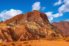 Blauwe hemel witte wolken en kleurrijke Wensu Grand Canyon in de Herfst stock fotografie