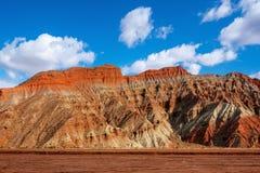 Blauwe hemel witte wolken en kleurrijke Wensu Grand Canyon in de Herfst royalty-vrije stock fotografie