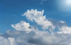 Blauwe hemel witte wolken en zon royalty-vrije stock fotografie