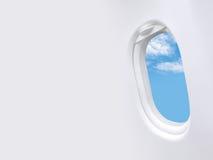 Blauwe hemel witte wolken in het kader van het venstervliegtuig en leeg ruimtemalplaatje Royalty-vrije Stock Afbeelding