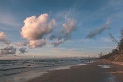 blauwe hemel witte wolken over kalme watermassa - uitstekende retro ziet eruit royalty-vrije stock foto