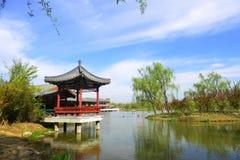 Blauwe hemel, witte wolken, water en paviljoen royalty-vrije stock afbeeldingen