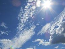 Blauwe hemel, wolken en zon Royalty-vrije Stock Foto's
