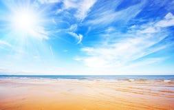Blauwe hemel, zon en oceaan royalty-vrije stock afbeelding